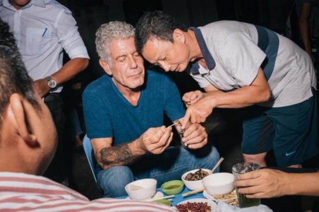 Những hình ảnh đáng nhớ của đầu bếp Anthony Bourdain trong hành trình khám phá ẩm thực Việt Nam - Ảnh 9.