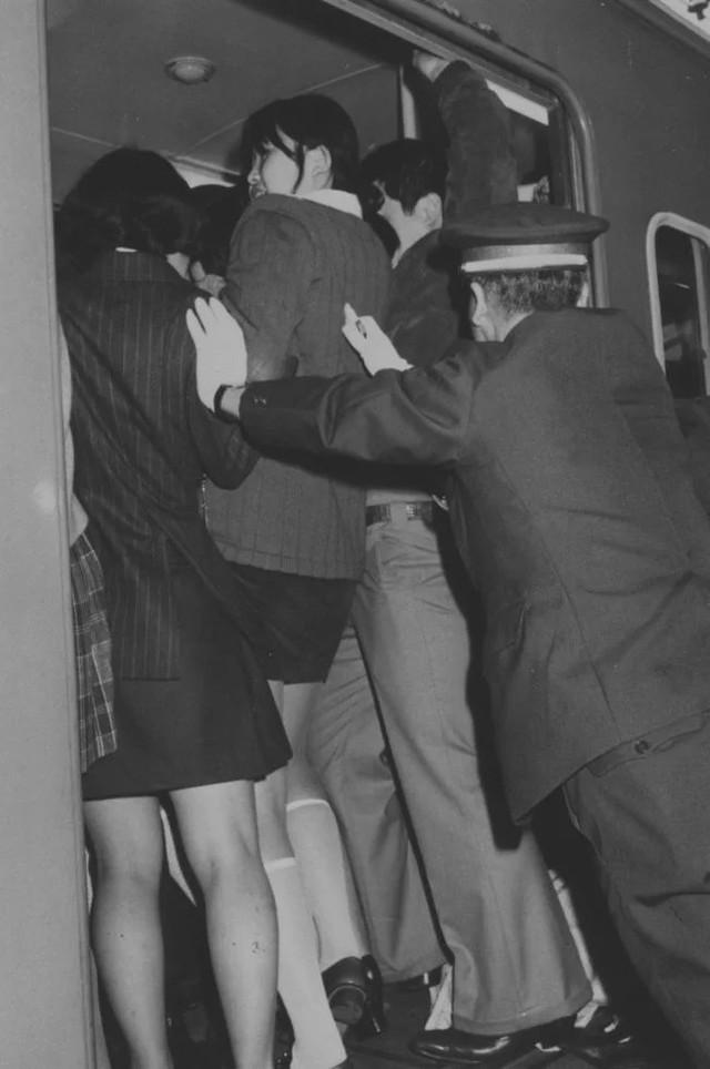 Nghề nhồi người lên tàu điện ngầm - công việc mang đậm nét văn hóa Nhật và cũng chỉ có ở Nhật - Ảnh 3.