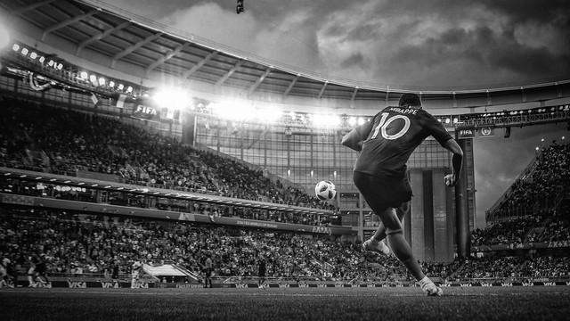 đầu tư giá trị - photo 1 15312264793471402136013 - Bộ ảnh trắng đen choáng ngợp về World Cup 2018