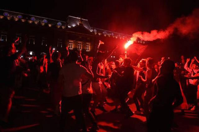 đầu tư giá trị - photo 10 15312722820142099064830 - CĐV Pháp ăn mừng vào chung kết, pháo sáng rực trời đêm