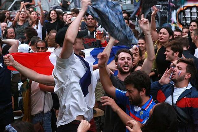đầu tư giá trị - photo 2 1531272282002278726659 - CĐV Pháp ăn mừng vào chung kết, pháo sáng rực trời đêm