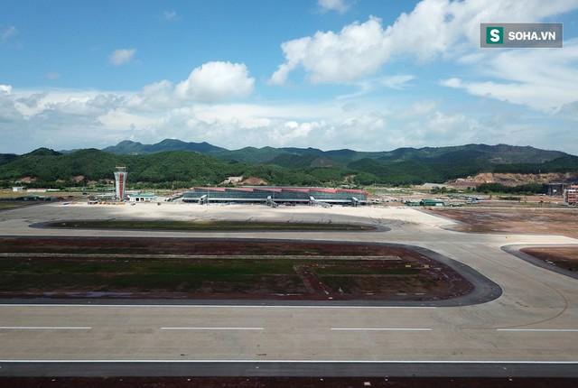 10h sáng nay, chiếc máy bay đầu tiên hạ cánh xuống sân bay Vân Đồn - Ảnh 27.