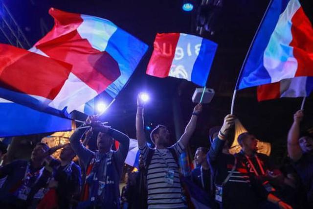 đầu tư giá trị - photo 3 1531272282003873492539 - CĐV Pháp ăn mừng vào chung kết, pháo sáng rực trời đêm