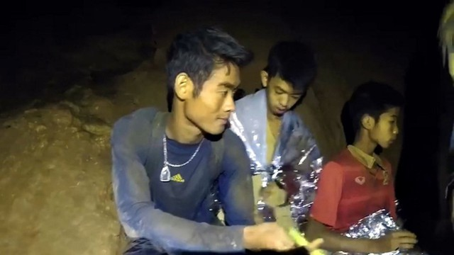 Thợ lặn Đan Mạch khen ngợi sự bình tĩnh đến không thể tin được của các cậu bé đội bóng Thái - Ảnh 4.