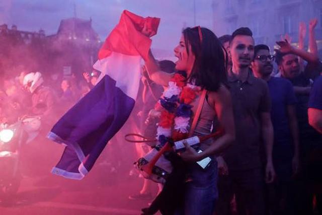 đầu tư giá trị - photo 4 1531272282005389306674 - CĐV Pháp ăn mừng vào chung kết, pháo sáng rực trời đêm