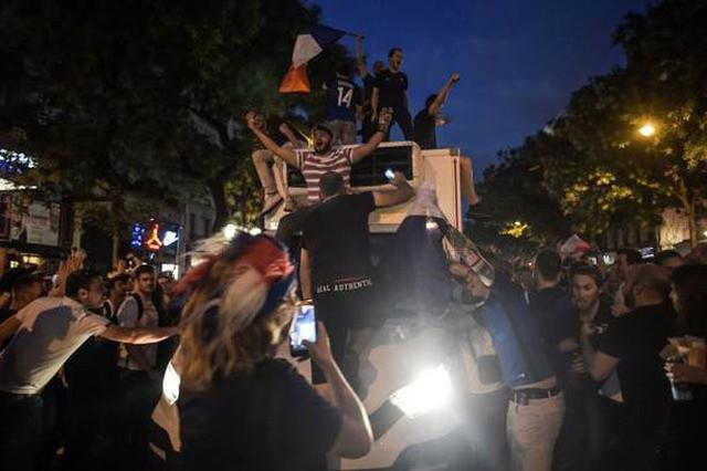 đầu tư giá trị - photo 5 1531272282007677205525 - CĐV Pháp ăn mừng vào chung kết, pháo sáng rực trời đêm