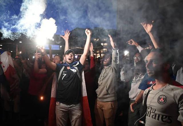 đầu tư giá trị - photo 6 15312722820081456949391 - CĐV Pháp ăn mừng vào chung kết, pháo sáng rực trời đêm