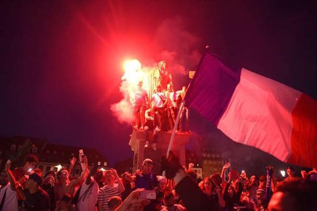 đầu tư giá trị - photo 7 1531272282010670356104 - CĐV Pháp ăn mừng vào chung kết, pháo sáng rực trời đêm