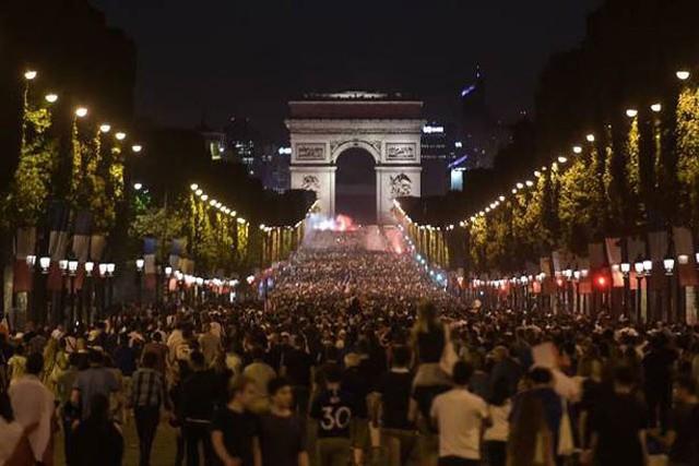 đầu tư giá trị - photo 8 1531272282011638400328 - CĐV Pháp ăn mừng vào chung kết, pháo sáng rực trời đêm