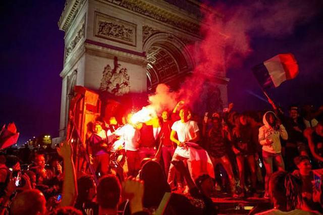 đầu tư giá trị - photo 9 1531272282012727263342 - CĐV Pháp ăn mừng vào chung kết, pháo sáng rực trời đêm