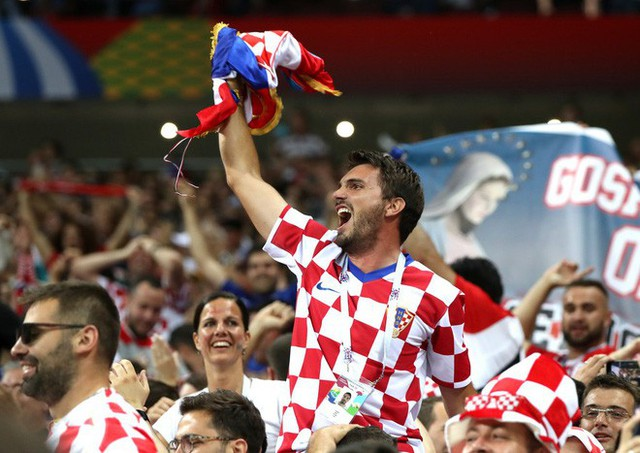 đầu tư giá trị - photo 14 15313582415431489682165 - CĐV Croatia mừng phát điên khi đội nhà lần đầu tiên vào chung kết World Cup