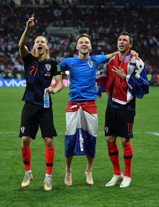 đầu tư giá trị - photo 18 1531358241546556303469 - CĐV Croatia mừng phát điên khi đội nhà lần đầu tiên vào chung kết World Cup
