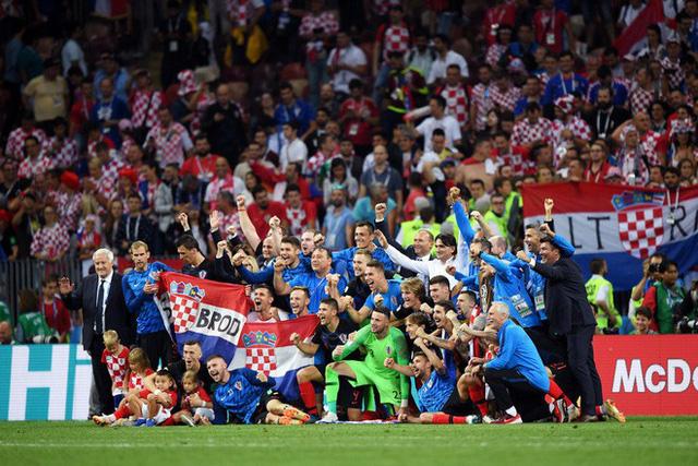 đầu tư giá trị - photo 24 15313582415521193264467 - CĐV Croatia mừng phát điên khi đội nhà lần đầu tiên vào chung kết World Cup