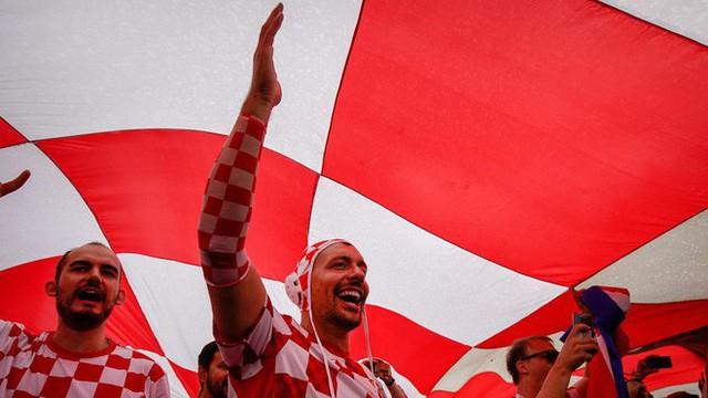 đầu tư giá trị - photo 3 1531358241532954610004 - CĐV Croatia mừng phát điên khi đội nhà lần đầu tiên vào chung kết World Cup