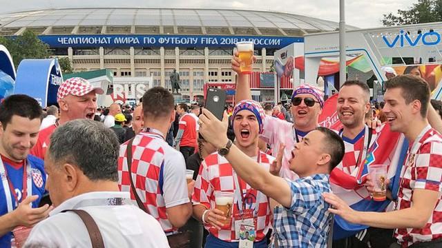 đầu tư giá trị - photo 5 1531358241534141153456 - CĐV Croatia mừng phát điên khi đội nhà lần đầu tiên vào chung kết World Cup