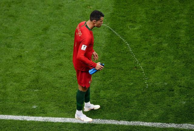 đầu tư giá trị - photo 4 153162418352723535791 - World Cup 2018: Tại sao các cầu thủ thi nhau súc miệng rồi nhổ nước ra sân?