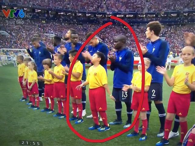Cậu bé 10 tuổi người Việt Nam dắt tay nhà tân vô địch ra sân trong trận chung kết World Cup - Ảnh 1.