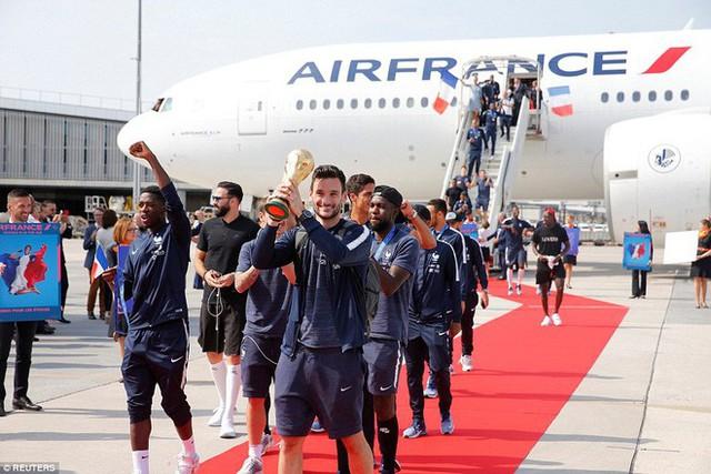 Tuyển Pháp mang cúp vàng trở về, 500.000 fan xuống đường chào đón như ngày hội - Ảnh 1.