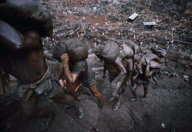 Những hình ảnh tại mỏ vàng Serra Pelada năm 1985: Khi giấc mơ làm giàu phải trả giá bằng những điều khủng khiếp - Ảnh 2.