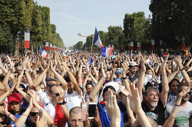Tuyển Pháp mang cúp vàng trở về, 500.000 fan xuống đường chào đón như ngày hội - Ảnh 12.