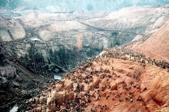 Những hình ảnh tại mỏ vàng Serra Pelada năm 1985: Khi giấc mơ làm giàu phải trả giá bằng những điều khủng khiếp - Ảnh 11.