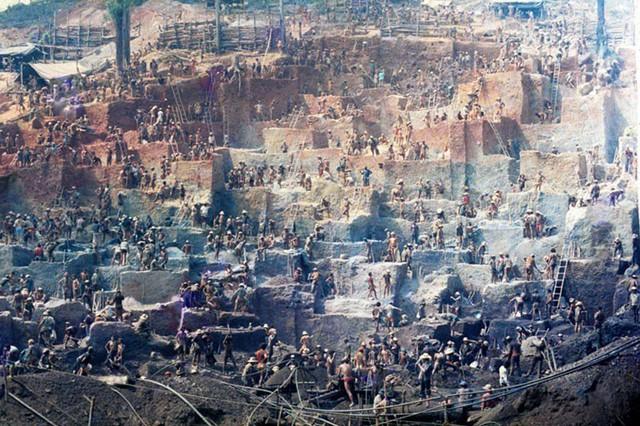 Những hình ảnh tại mỏ vàng Serra Pelada năm 1985: Khi giấc mơ làm giàu phải trả giá bằng những điều khủng khiếp - Ảnh 12.