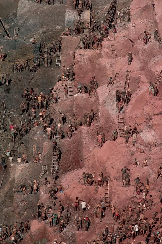 Những hình ảnh tại mỏ vàng Serra Pelada năm 1985: Khi giấc mơ làm giàu phải trả giá bằng những điều khủng khiếp - Ảnh 13.