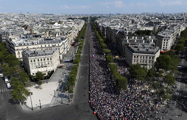 Tuyển Pháp mang cúp vàng trở về, 500.000 fan xuống đường chào đón như ngày hội - Ảnh 4.