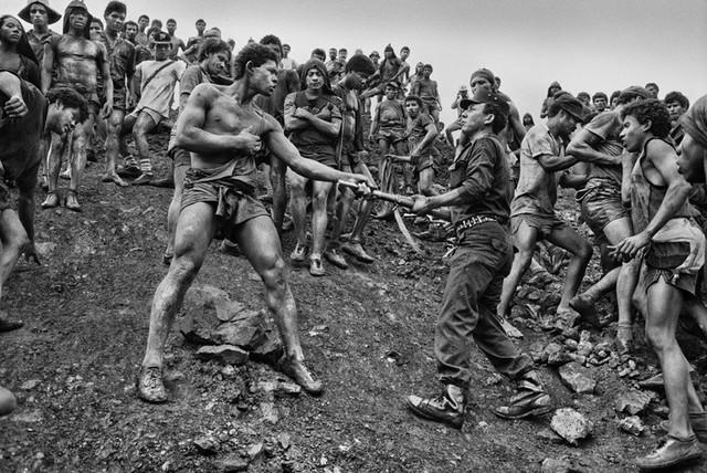 Những hình ảnh tại mỏ vàng Serra Pelada năm 1985: Khi giấc mơ làm giàu phải trả giá bằng những điều khủng khiếp - Ảnh 5.