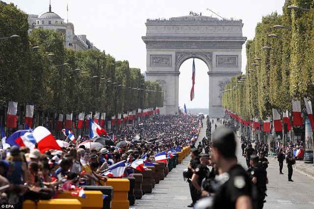 Tuyển Pháp mang cúp vàng trở về, 500.000 fan xuống đường chào đón như ngày hội - Ảnh 8.