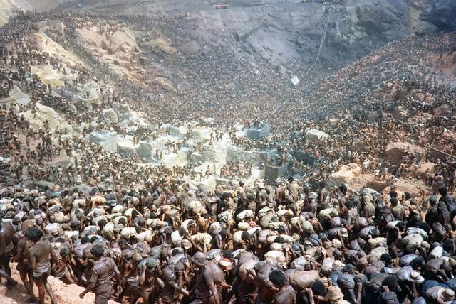 Những hình ảnh tại mỏ vàng Serra Pelada năm 1985: Khi giấc mơ làm giàu phải trả giá bằng những điều khủng khiếp - Ảnh 7.