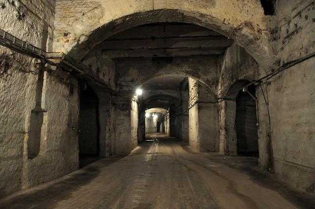 Thế giới ngầm nằm sâu 30m dưới thành phố Budapest - Ảnh 2.
