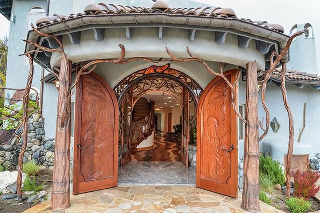Bên ngoài thì rất bình thường, chỉ khi bước vào trong bạn mới hiểu tại sao ngôi nhà này có giá 7,6 triệu USD - Ảnh 1.