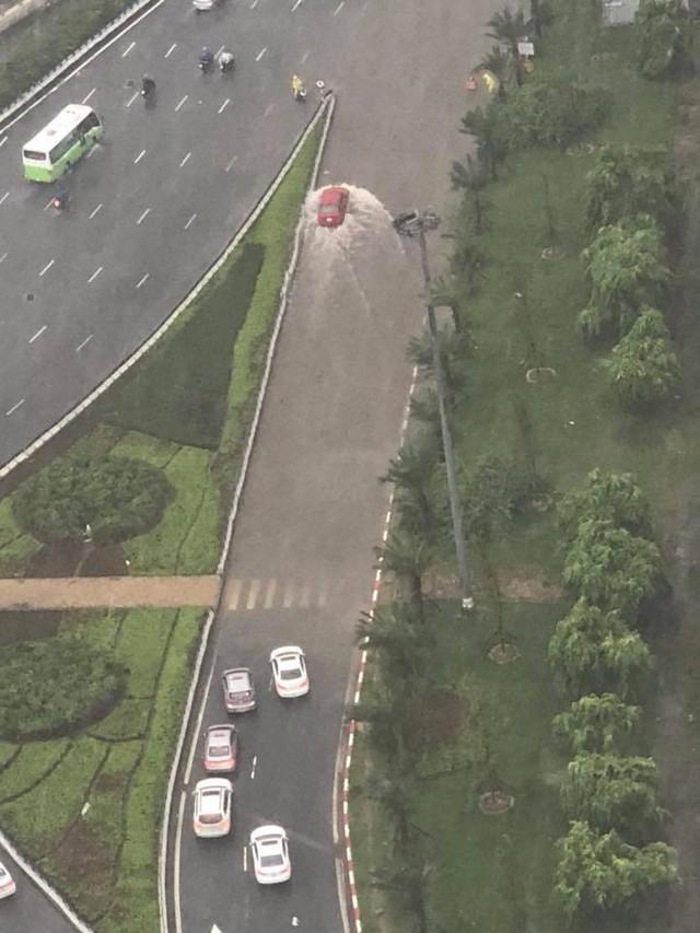 Cảnh báo ngập lụt ở nhiều tuyến đường nội thành Hà Nội sau cơn mưa lớn suốt đêm - Ảnh 2.