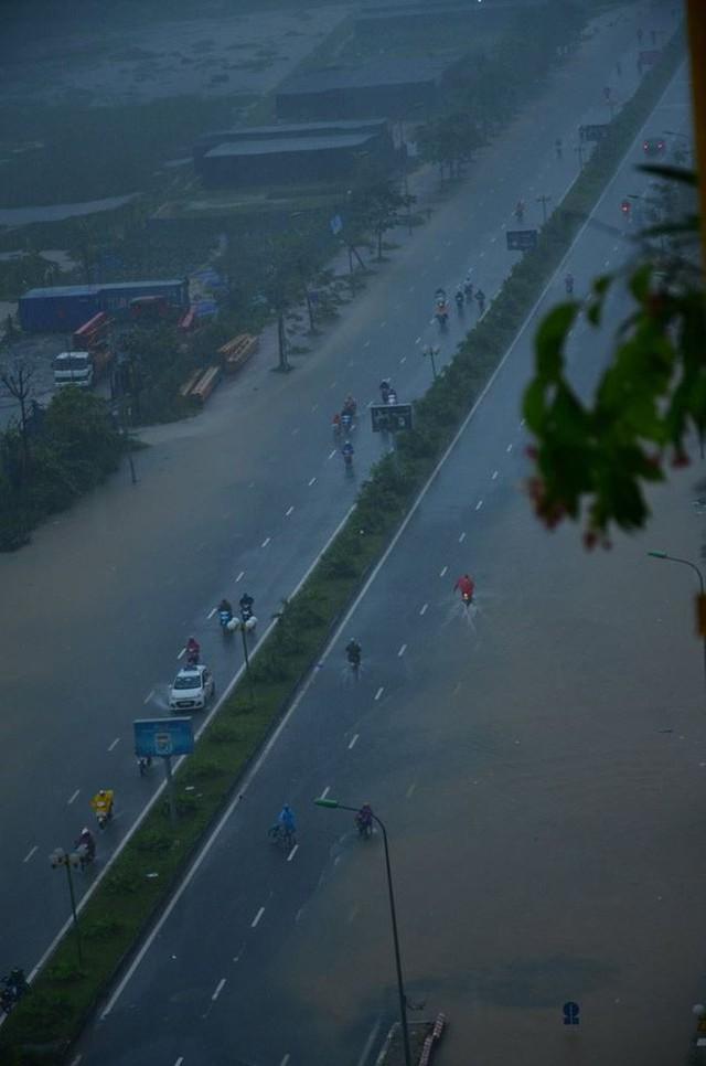 Cảnh báo ngập lụt ở nhiều tuyến đường nội thành Hà Nội sau cơn mưa lớn suốt đêm - Ảnh 11.