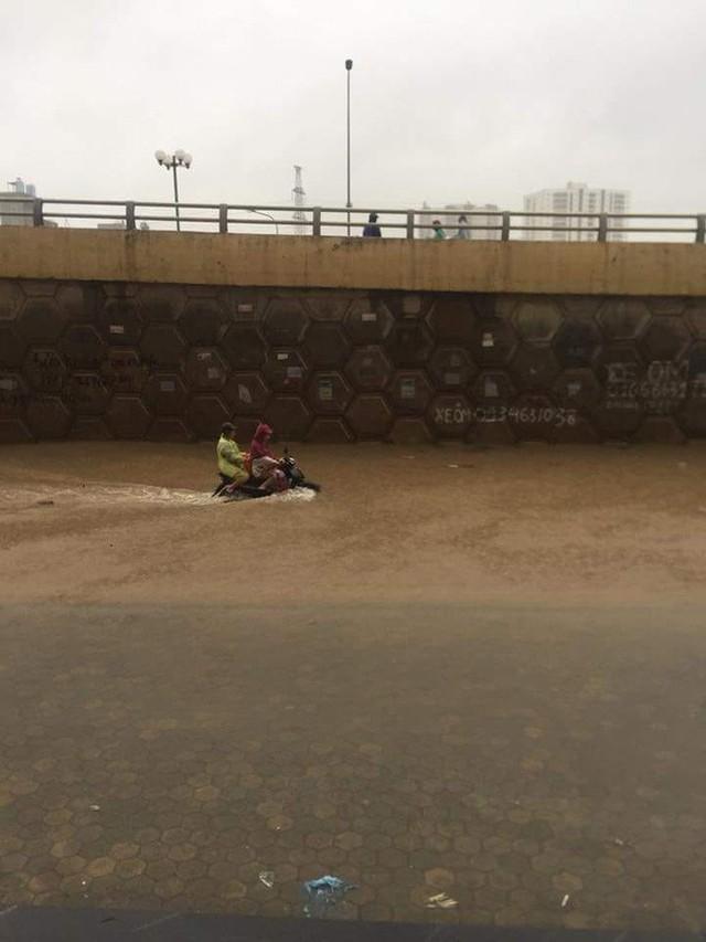 Cảnh báo ngập lụt ở nhiều tuyến đường nội thành Hà Nội sau cơn mưa lớn suốt đêm - Ảnh 12.
