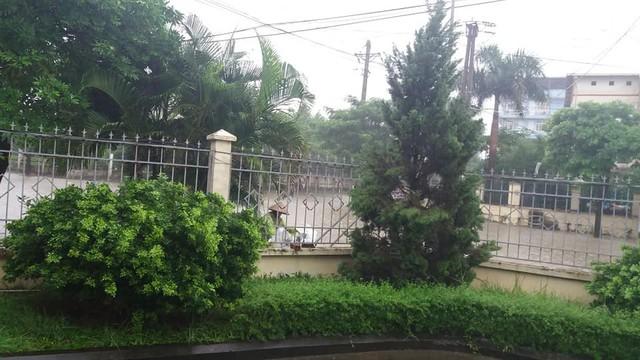 Cảnh báo ngập lụt ở nhiều tuyến đường nội thành Hà Nội sau cơn mưa lớn suốt đêm - Ảnh 14.