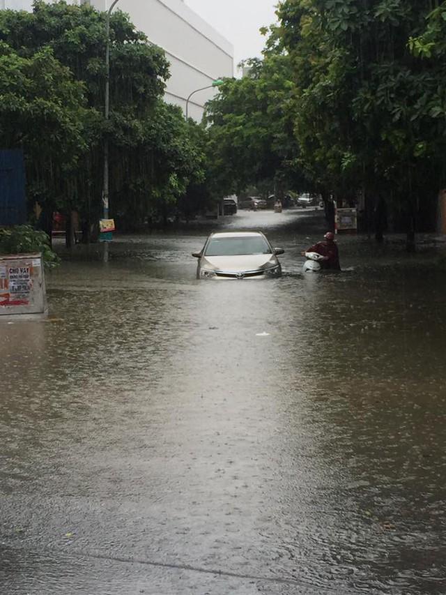 Cảnh báo ngập lụt ở nhiều tuyến đường nội thành Hà Nội sau cơn mưa lớn suốt đêm - Ảnh 15.