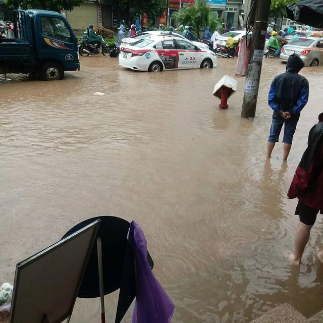 Cảnh báo ngập lụt ở nhiều tuyến đường nội thành Hà Nội sau cơn mưa lớn suốt đêm - Ảnh 4.