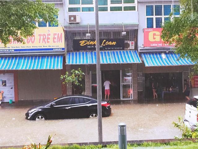 Cảnh báo ngập lụt ở nhiều tuyến đường nội thành Hà Nội sau cơn mưa lớn suốt đêm - Ảnh 5.