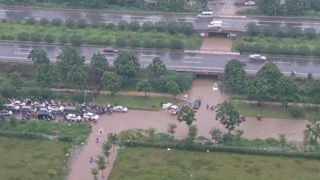 Cảnh báo ngập lụt ở nhiều tuyến đường nội thành Hà Nội sau cơn mưa lớn suốt đêm - Ảnh 6.