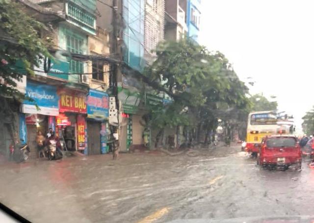 Cảnh báo ngập lụt ở nhiều tuyến đường nội thành Hà Nội sau cơn mưa lớn suốt đêm - Ảnh 7.