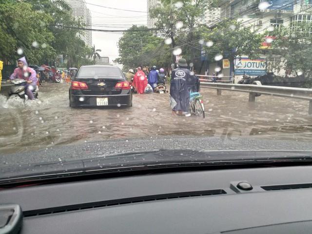 Cảnh báo ngập lụt ở nhiều tuyến đường nội thành Hà Nội sau cơn mưa lớn suốt đêm - Ảnh 8.