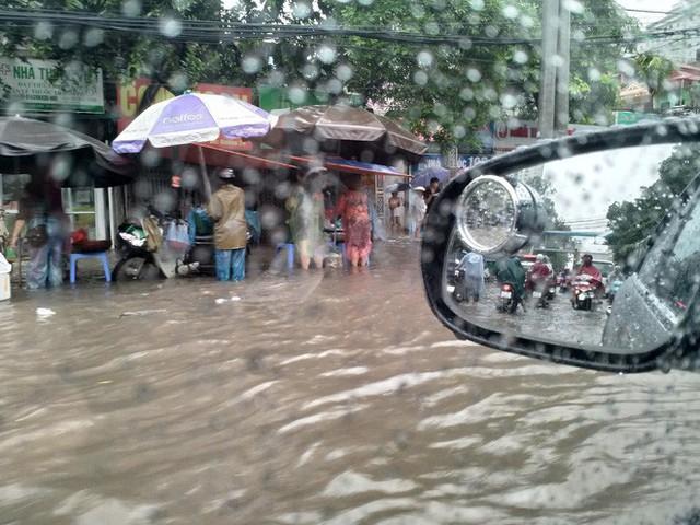 Cảnh báo ngập lụt ở nhiều tuyến đường nội thành Hà Nội sau cơn mưa lớn suốt đêm - Ảnh 9.