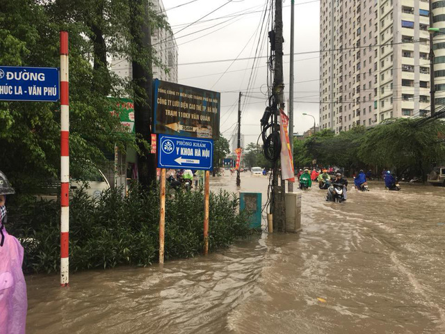 Cảnh báo ngập lụt ở nhiều tuyến đường nội thành Hà Nội sau cơn mưa lớn suốt đêm - Ảnh 10.
