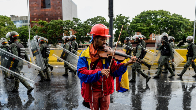 Nghịch lý tại Venezuela: Giá 1 cốc cà phê đắt gấp 7 lần tổng hóa đơn tiền điện nước - Ảnh 2.