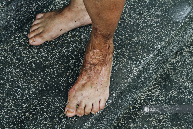 Chùm ảnh: 1 tuần sau lũ lớn, người dân Hà Nội vẫn phải chèo thuyền di chuyển giữa biển rác thải nổi lềnh bềnh - Ảnh 14.