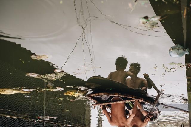 Chùm ảnh: 1 tuần sau lũ lớn, người dân Hà Nội vẫn phải chèo thuyền di chuyển giữa biển rác thải nổi lềnh bềnh - Ảnh 15.
