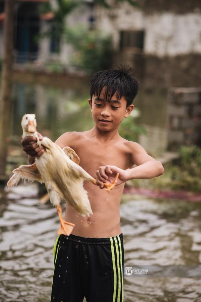 Chùm ảnh: 1 tuần sau lũ lớn, người dân Hà Nội vẫn phải chèo thuyền di chuyển giữa biển rác thải nổi lềnh bềnh - Ảnh 17.