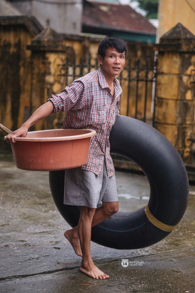 Chùm ảnh: 1 tuần sau lũ lớn, người dân Hà Nội vẫn phải chèo thuyền di chuyển giữa biển rác thải nổi lềnh bềnh - Ảnh 19.